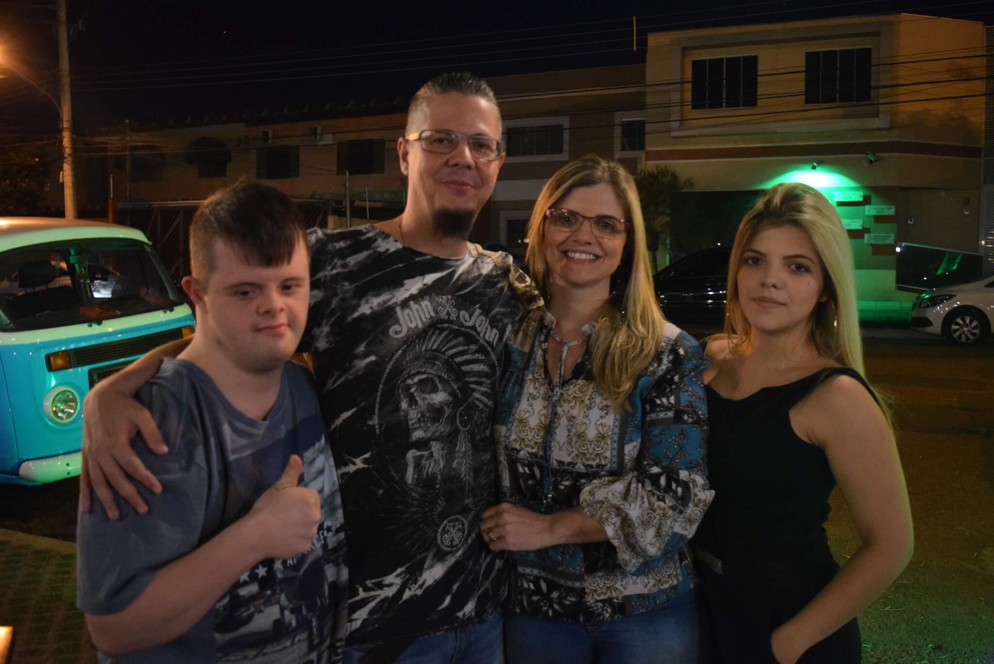 Com a família. Buga ao lado do pai Hemerson Pistori, da mãe Melissa Gindri Bragato Pistori e da irmã Julia Gindri Bragato Pistori. (Foto: Arquivo pessoal)
