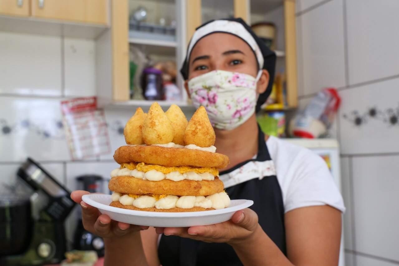Raquel segurando o bolo de coxinha. (Foto: Paulo Francis)