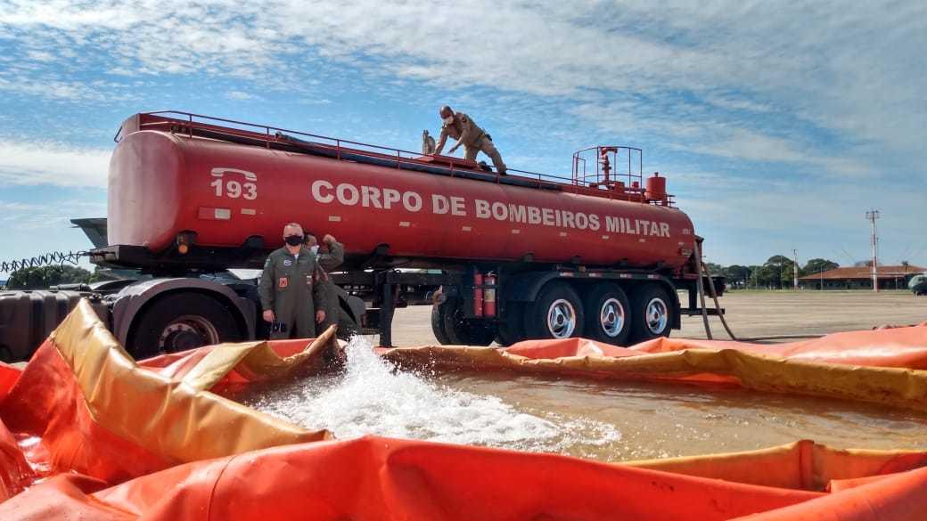 Bombeiros enchem bolsas com água para estratégia de combate ao fogo no Pantanal (Foto: Divulgação)