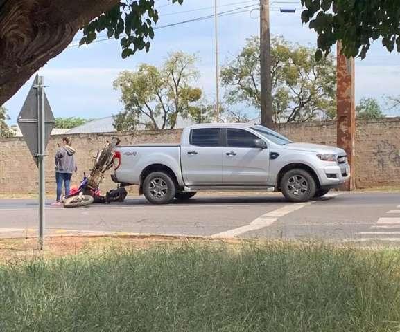 Motocicleta quase vai parar na carroceria de camionete após colisão
