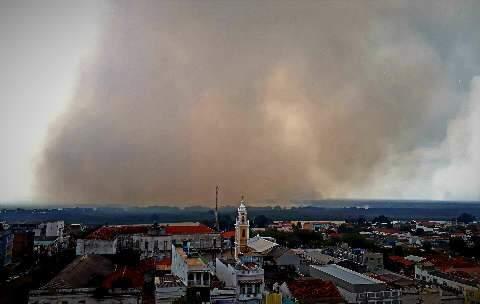 Aeronaves combatem fogo e fumaça densa encobre região do Pantanal