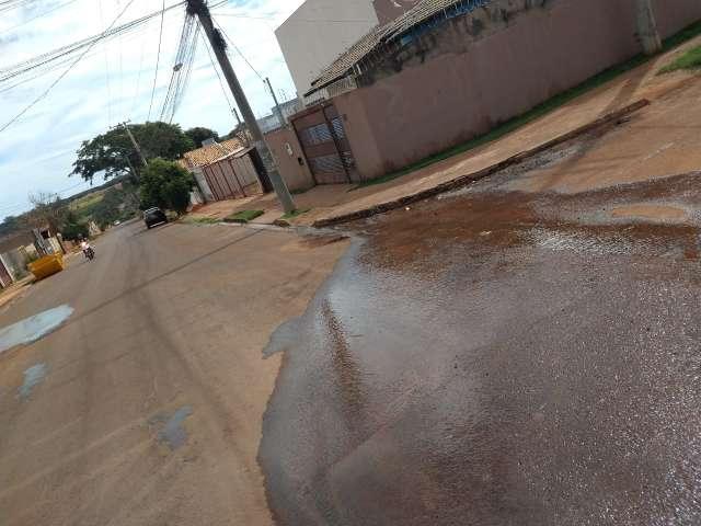 Morador reclama de vazamento de água no Jardim das Cerejeiras