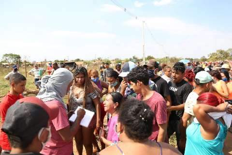 Após acordo, famílias deixam área invadida e rua de acesso ao aterro é liberada