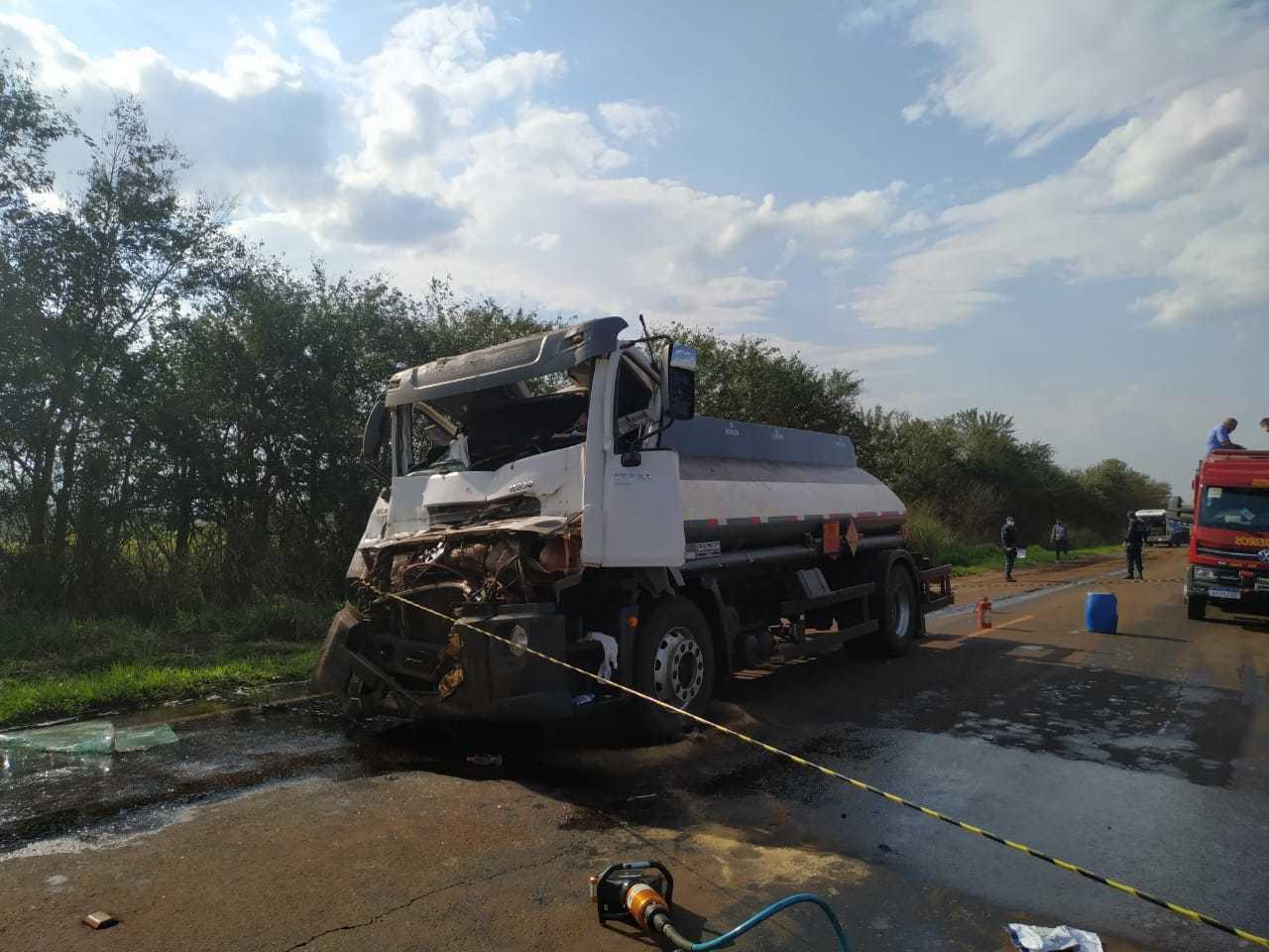 Cabine do caminhão-tanque ficou destruída (Foto: Adilson Domingos)