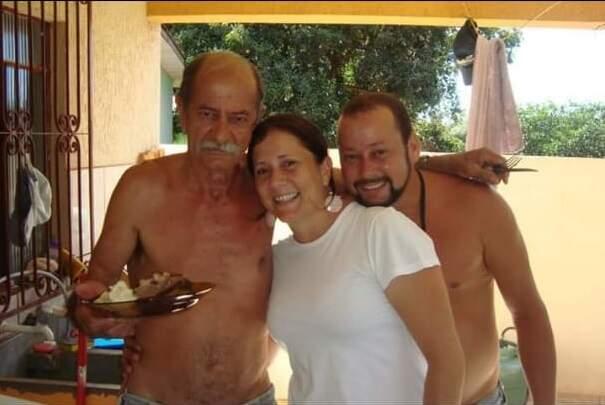 Aldo com os dois filhos. (Foto: Arquivo da Família)