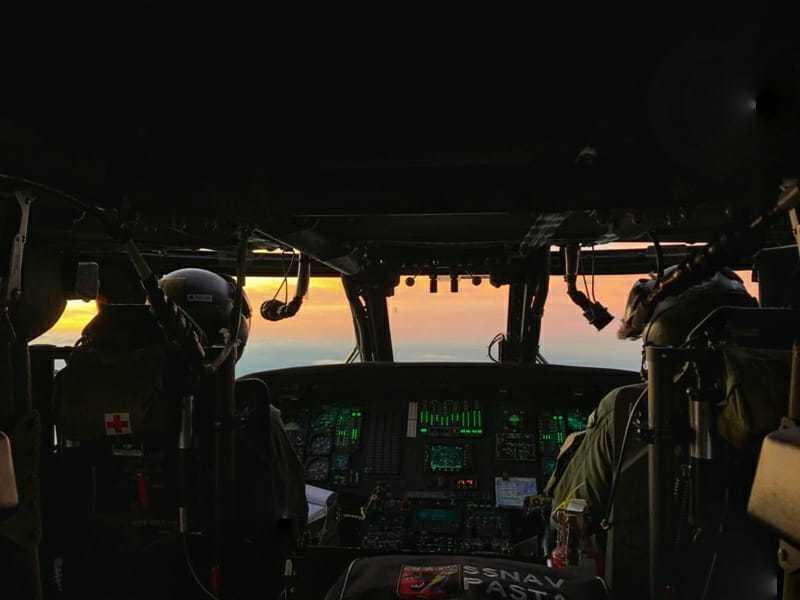 Piloto e copiloto a bordo do Hércules sobrevoando Pantanal na segunda-feira (Foto: Divulgação/FAB)