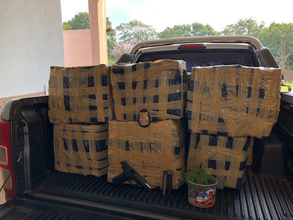 Fardos de maconha encontrados dentro da residência. (Foto: Polícia Federal)