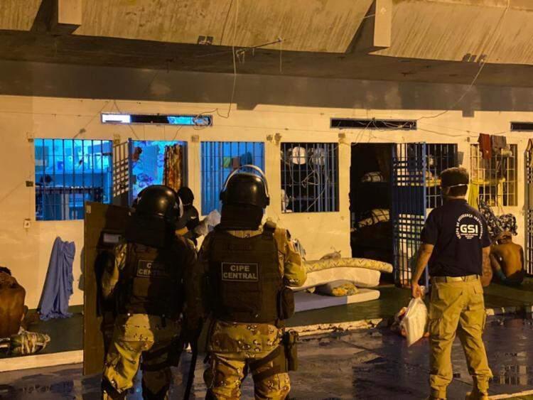 Policiais cumprem mandado na Operação Flashback na Bahia (Foto/Divulgação)
