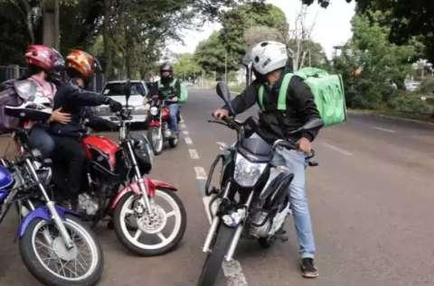 """""""Estão arriscando a própria vida"""": Marquinhos faz alerta a motoentregadores"""