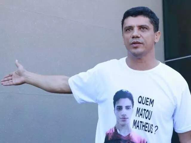 O capitão reformado Paulo Roberto Teixeira Xavier usa camiseta com a foto do filho vítima de execução no lugar dele, segundo a acusação (Foto: Henrique Kawaminami)