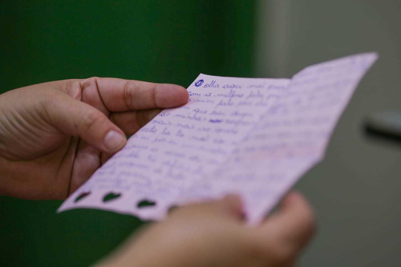 Em papel rosa, decorada, carta escrita por jovem que estava em Unei tem declaração à mãe e promessa de mudança de vida. (Foto: Marcos Maluf)