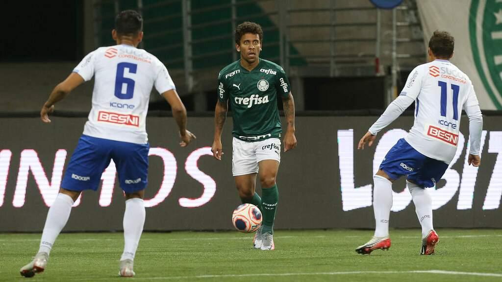 Jogador Marcos Rocha, do Palmeiras, disputa bola com o jogador Douglas Baggio do Santo André. (Foto: Cesar Greco)