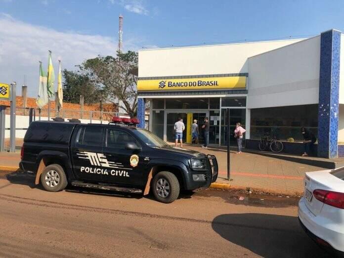 Viatura da Polícia Civil em frente ao banco alvo de assalto. (Foto: Gustavo Garcia/Alvorada Informa)