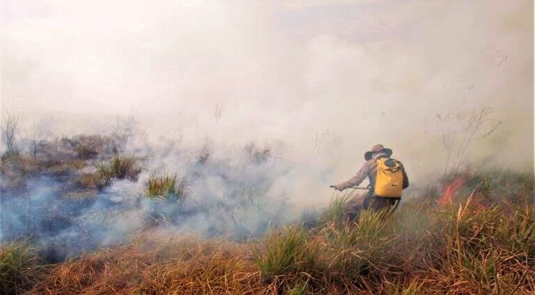 Militar apagando as chamas com abafador. (Foto: Saul Schramm)
