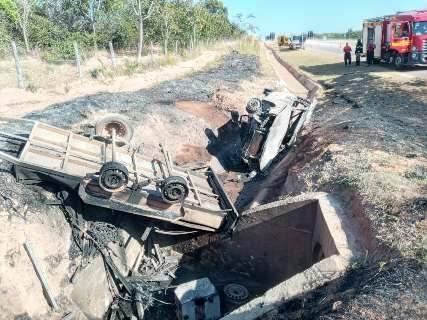 Condutor morre carbonizado depois de carro sair da pista e capotar