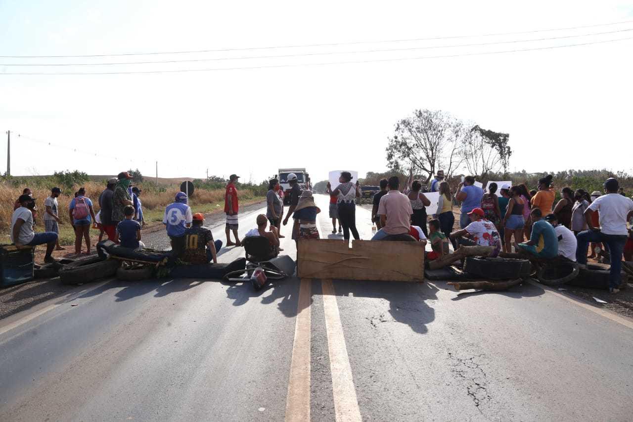 Com galhos e entulhos, os moradores bloquearam a rodovia (Foto: Kísie Ainoã)