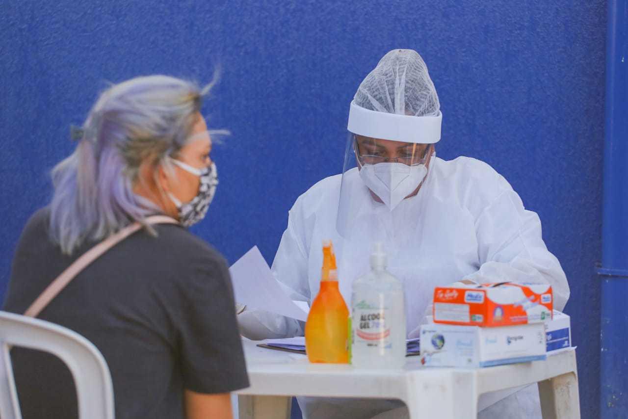 Moradora aguardando atendimento para fazer o teste da covid-19 na Capital. (Foto: Marco Maluf)