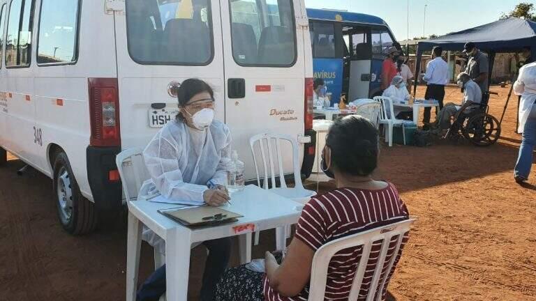 No projeto, equipe distribui máscara, presta informações e faz testagem para covid-19 (Foto/Divulgação)