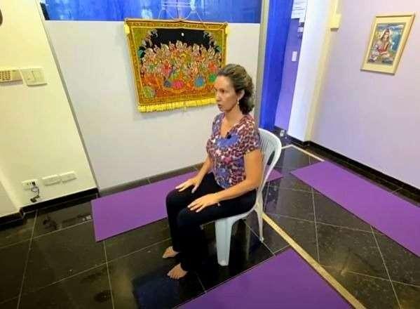 Sentada na cadeira, aprenda a fazer exercícios para evitar dor na lombar – Campo Grande News