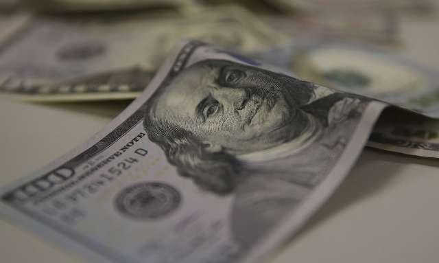 Dólar fecha em leve queda com dados fracos sobre economia nos EUA