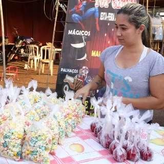 Sem circo, família faz malabarismo para sobreviver com pipoca doce