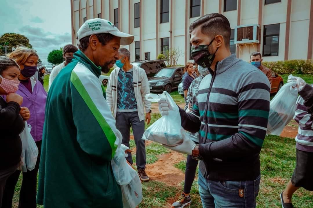 Fábio Rocha, idealizador do projeto, fazendo entrega dos alimentos. (Foto: Esquadrão da Juventude))