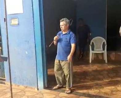 Com barra de ferro nas mãos, pastor tenta impedir, mas igreja acaba lacrada