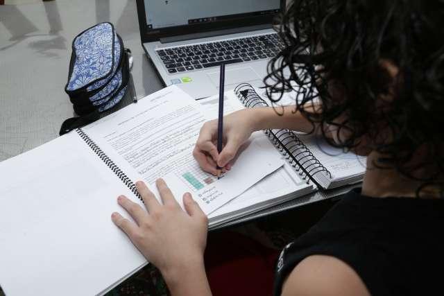 Escolas particulares fazem aulas presenciais de reforço, apesar de proibidas