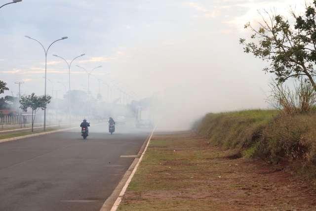 Incêndio destrói quatro hectares e vento forte leva fumaça para avenida