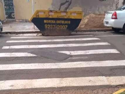 Caçamba de entulho atrapalha faixa de pedestre de moradores no Jardim Imá