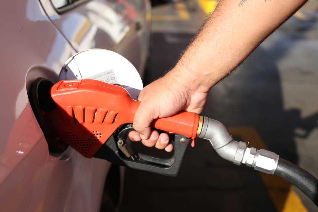 Veículo sendo abastecido em posto de combustíveis da Capital. (Foto: Paulo Francis)