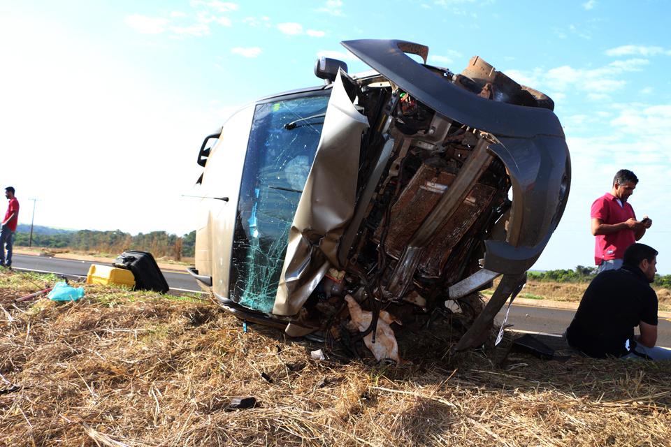 Veículo ficou destruído após bater em colheitadeira. (Foto: O Correio News)