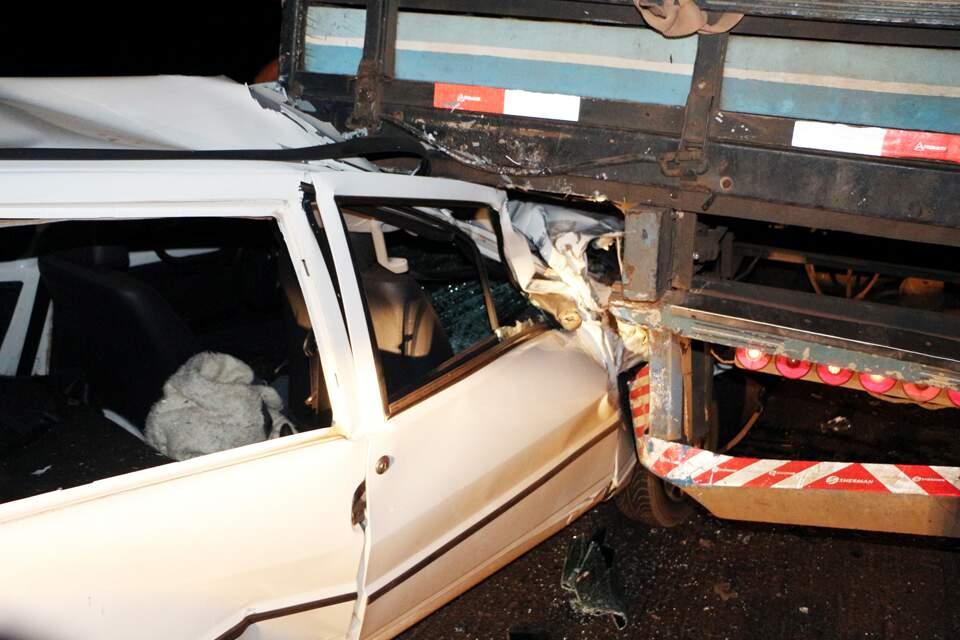 Veículo ficou destruído após bater em traseira de caminhão. (Foto: O Correio News)
