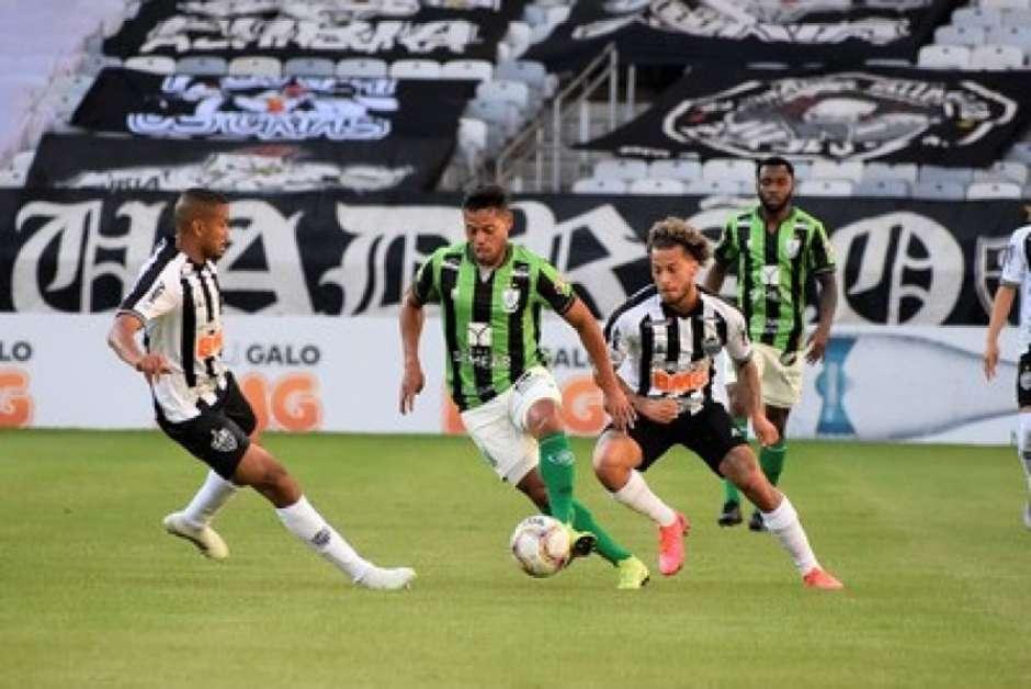 Galo e Coelho fizeram outro duelo equilibrado no Mineiro. (Mourão Panda/América-MG)