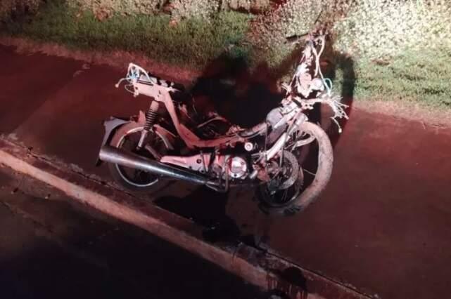 Motocicleta envolvida no acidente ficou completamente destruída (Foto: Divulgação)