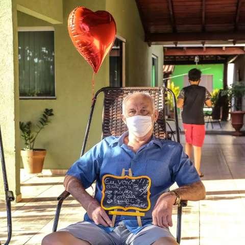Aos 71 anos, Zezão venceu covid e de volta em casa recebe homenagem
