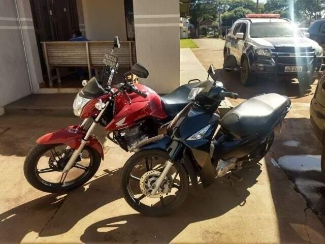 Motos apreendidas com suspeito de estupro; a vermelha pertencia a vítima de serial killer que agia na Capital (Foto: PM de Caarapó)