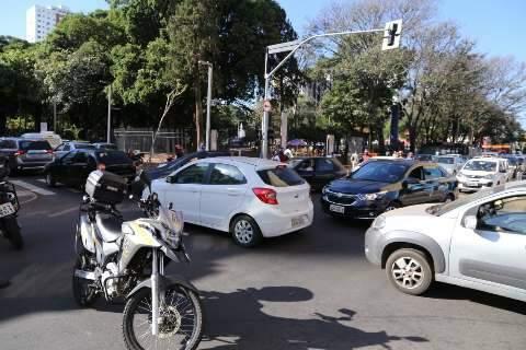 Caminhão derruba fios de telefonia e trânsito fica caótico próximo ao Mercadão