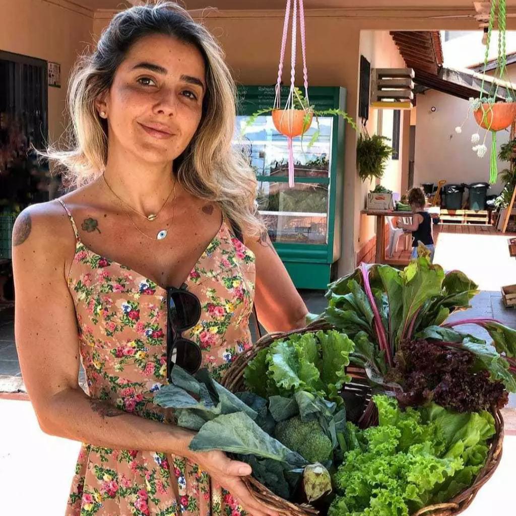 Nutricionista, Lais Lunardon arrumando sua cesta de verduras no Orgânicos da Jé. (Foto: Orgânicos da Jé)