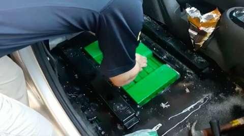 Policiais serram assoalho de veículo e encontra 108 quilos de maconha na BR-267