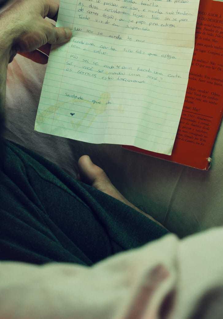 Uma das cartas revela que o casal está passando por uma crise conjugal. (Foto: Camila Curty/Pablo Cortez)