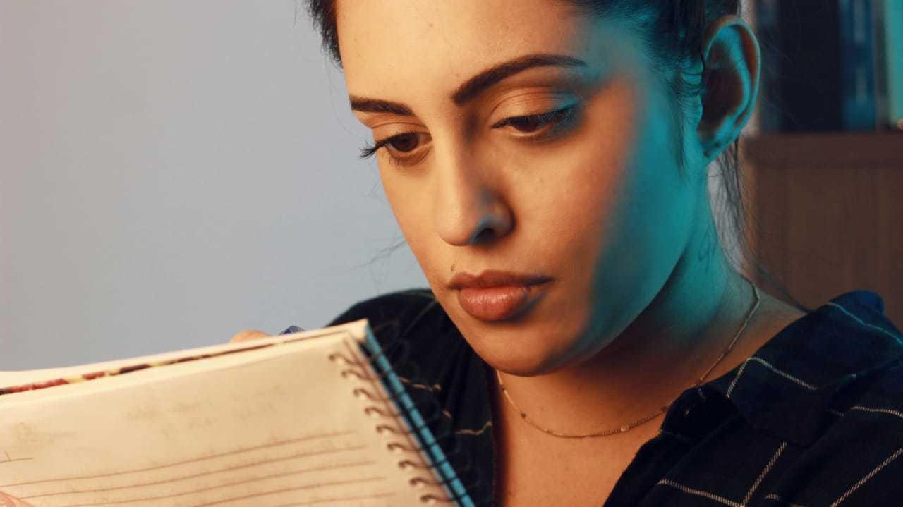 A atriz carioca Camila Curty interpreta Ana e escreve cartas para se comunicar. (Foto: Camila Curty)