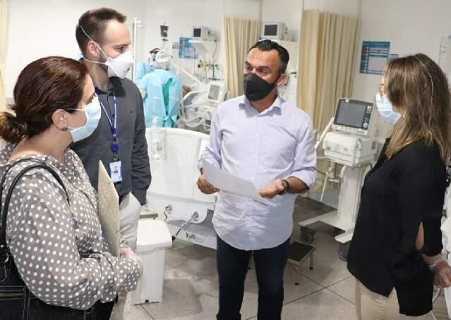 Força-tarefa criada pelo MPMS durante visita a hospital nesta terça-feira para diagnóstico da situação da saúde em relação à pandemia de covid-19. (Foto: Divulgação)