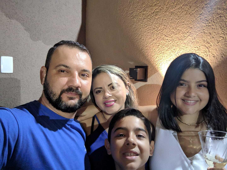 João com a esposa e os filhos. Todos pegaram covid-19. (Foto: Arquivo da Família)