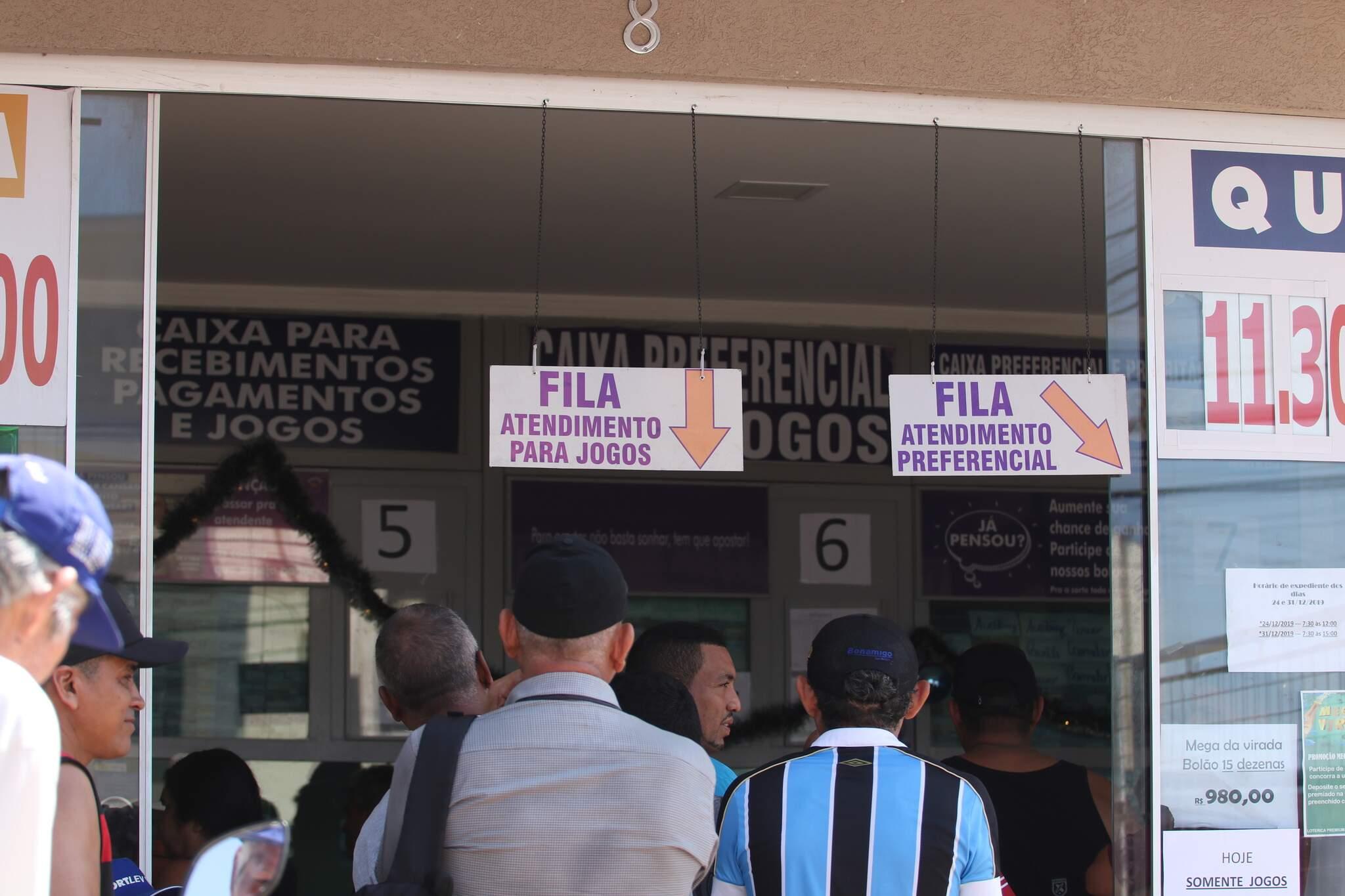 Apostadores aguarando atendimento em lotérica da Capital. (Foto: Marcos Maluf)