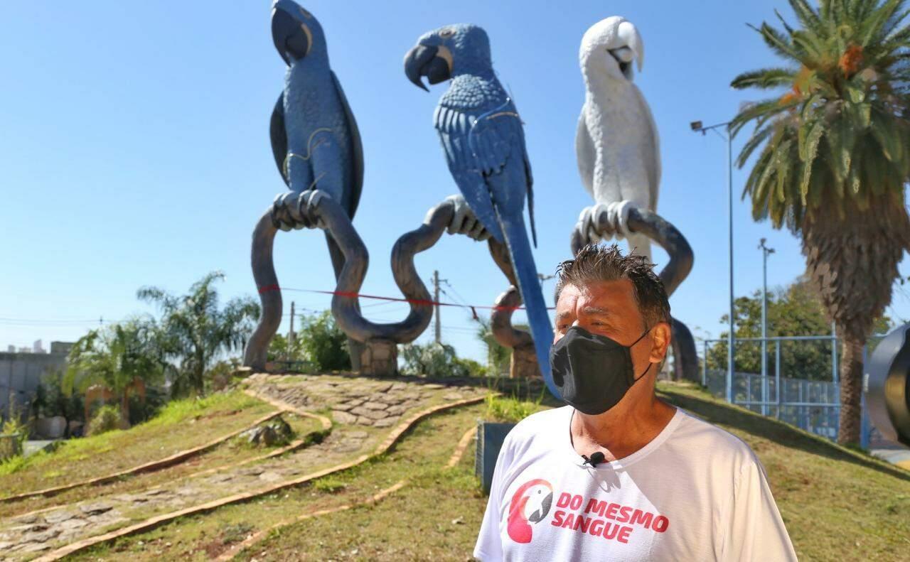 Cleir, criador do monumento, será o responsável pela nova pintura (Foto: Paulo Francis)