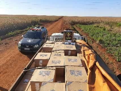 Contrabandista abandona caminhão com 10 mil pacotes de cigarros em estrada