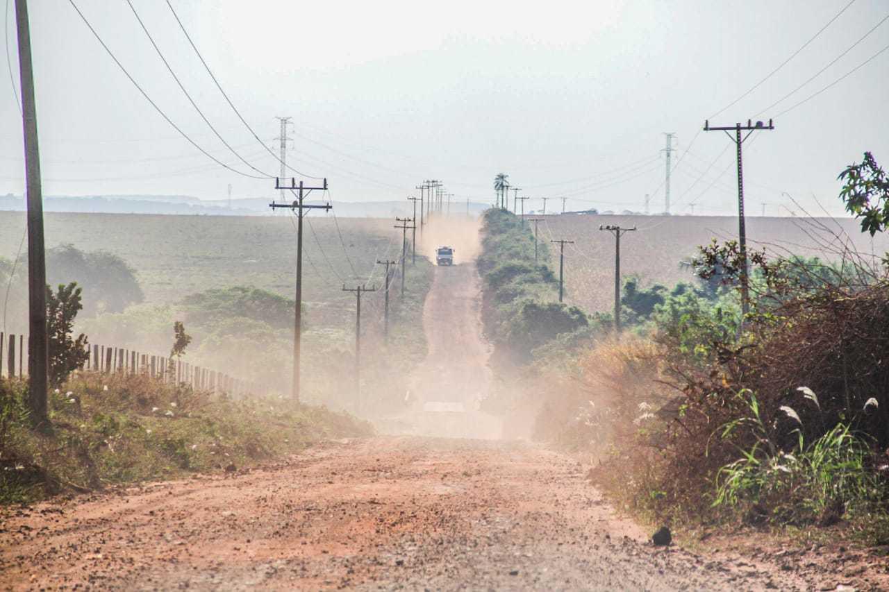 Poeira sobe após passagem de caminhão em estrada vicinal de Campo Grande (Foto: Silas Lima)