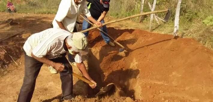Idosos Terena enterram fazem cova para enterrar indígena sem nenhuma proteção (Foto: Joilson Sobrinho)