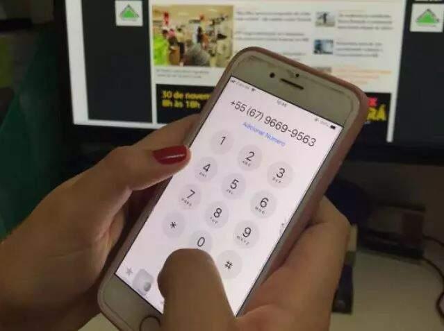 Número do Direto das Ruas do Campo Grande News sendo discado em celular. (Foto: Arquivo)
